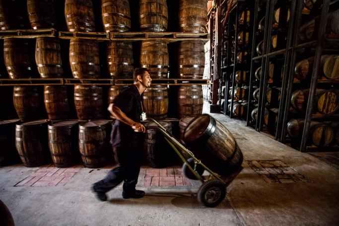 Transportando barril para envelhecer cachaça