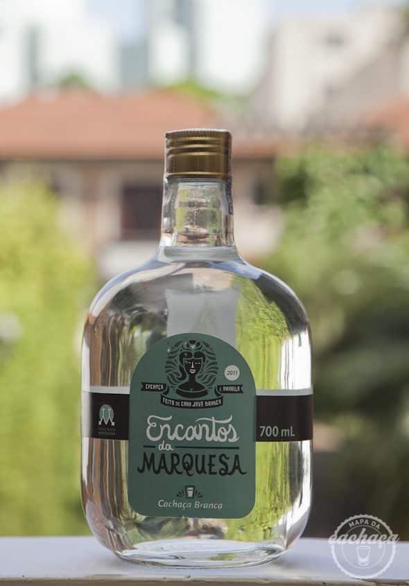 Cachaça Encantos da Marquesa Blend de Cana com fundo desfocado