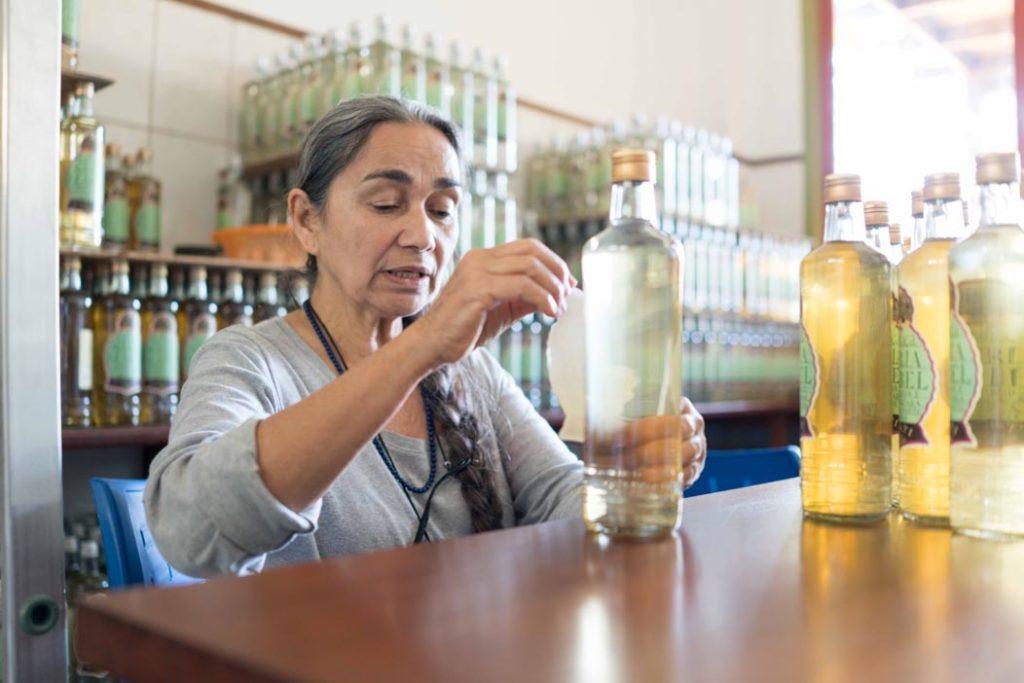 como produzir cachaça: Maria Izabel rotulando