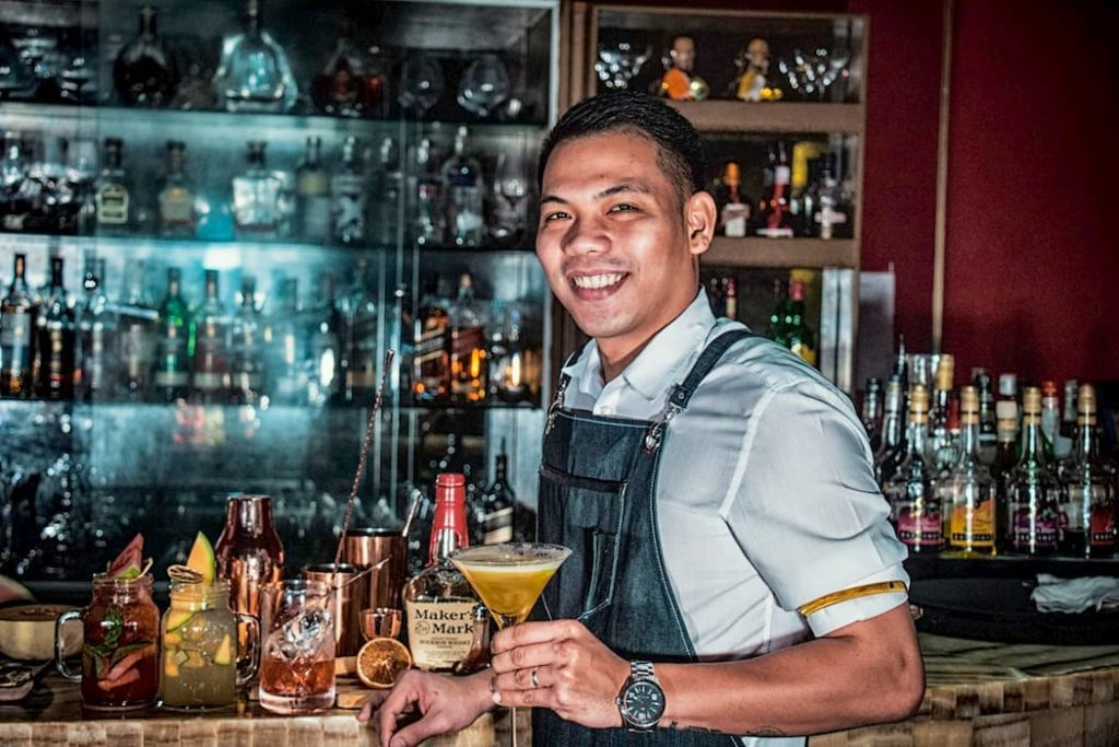 Bartender em bar de whisky